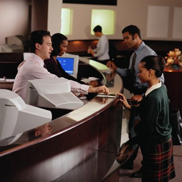 Teller-giving-woman-money-at-bank_web