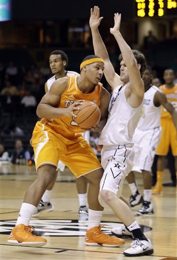 Stokes leads Tennessee over Vanderbilt 58-46