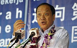 Low Thia Khiang launches an analogy battle between PAP and WP during the General Elections. (Yahoo! photo/Aeron Chew)