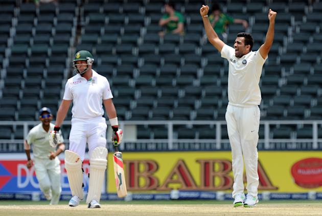 Indian bowler Zaheer Khan (R) celebrates after bowled out South African batsman on the 5th day of a first cricket Test match between South Africa and India in Johannesburg at Wanderers Stadium on Dece