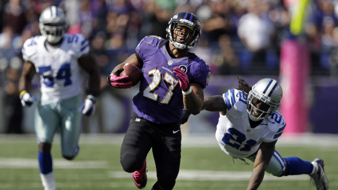 Baltimore Ravens running back Ray Rice, center, rushes past Dallas Cowboys defenders Mike Jenkins, right, and Bruce Carter in the first half of an NFL football game in Baltimore, Sunday, Oct. 14, 2012. (AP Photo/Patrick Semansky)