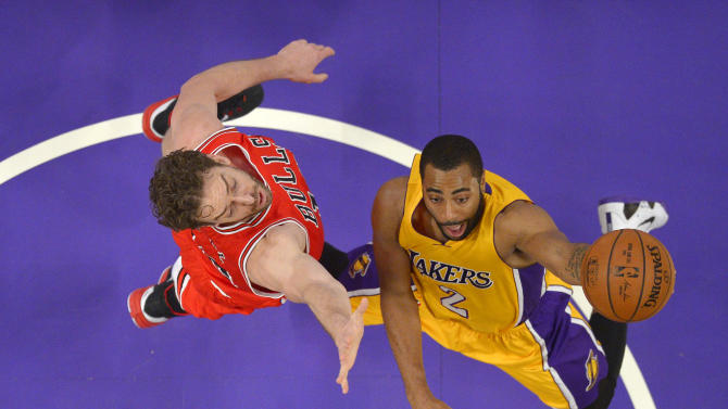 Los Angeles Lakers guard Wayne Ellington, right, shoots as Chicago Bulls forward Pau Gasol, of Spain, defends during the first half of an NBA basketball game, Thursday, Jan. 29, 2015, in Los Angeles. (AP Photo/Mark J. Terrill)