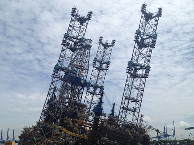 The jurong rig that tilted on Monday is now tilting at 17 degrees from its original upright position. (Yahoo! photo/ Deborah Choo)