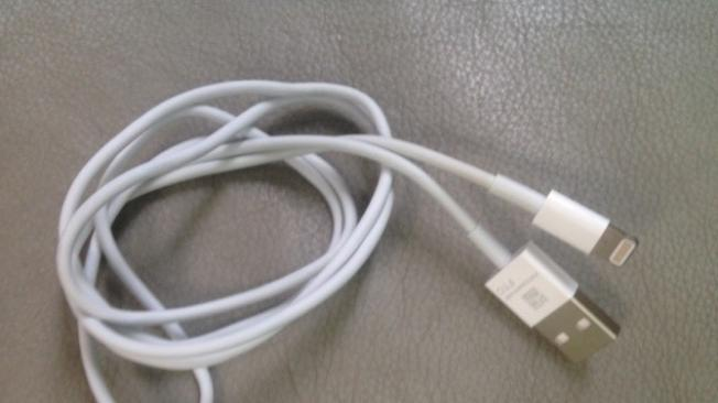 iPhone 5 charge/sync cable reportedly revealed in leaked photo