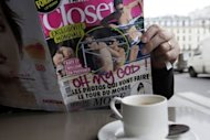 Un hombre lee el nmero de la revista francesa Closer que publica las fotos en toples de la duquesa Catalina de Cambridge, esposa del prncipe Guillermo de Inglaterra, este viernes en un caf de Pars. (AFP | Kenzo Tribouillard)