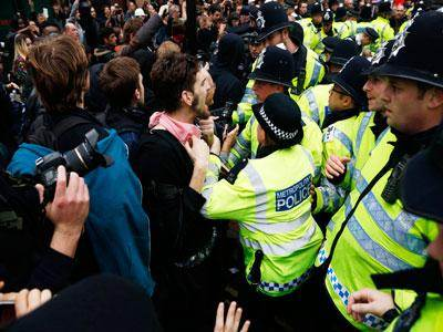 Raw: London protesters clash with police