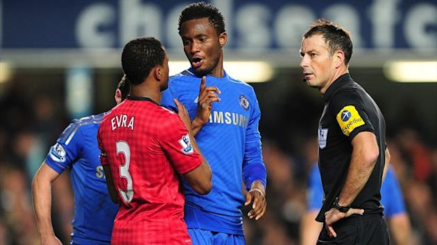 Match referee Mark Clattenburg (right) speaks with Chelsea&#39;s Mikel (centre) and Manchester United&#39;s Patrice Evra (left)