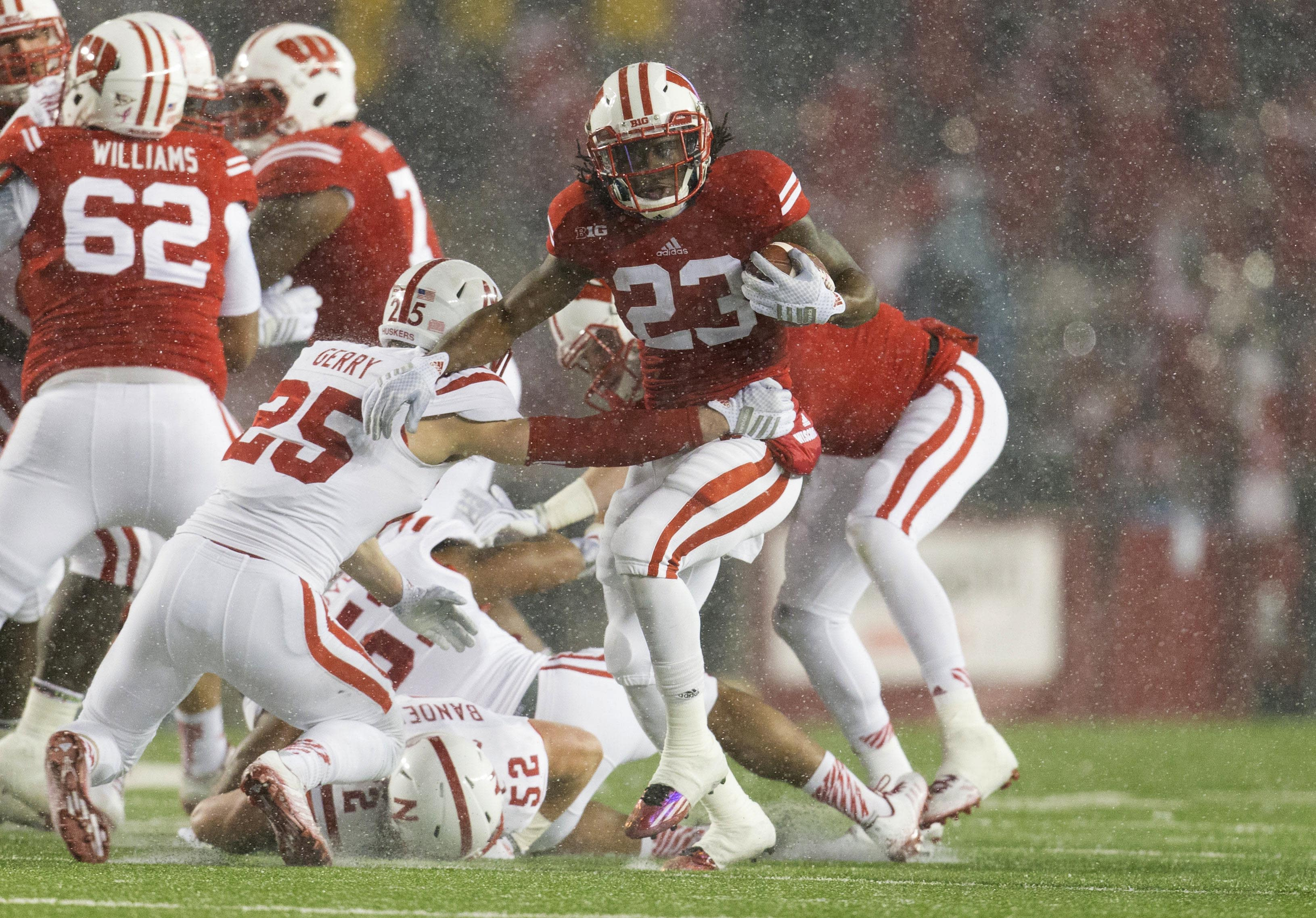 Watch Wisconsin RB Dare Ogunbowale's awesome trick kick