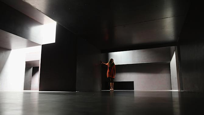 """Anthony Gormley Unveils His New Work """"Model"""" At the White Cube Gallery"""