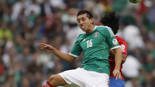 Hector Herrera of Mexico (front) challenges Yeltsin Tejeda of Costa Rica during their 2014 World Cup qualifying match at Azteca stadium (Reuters)