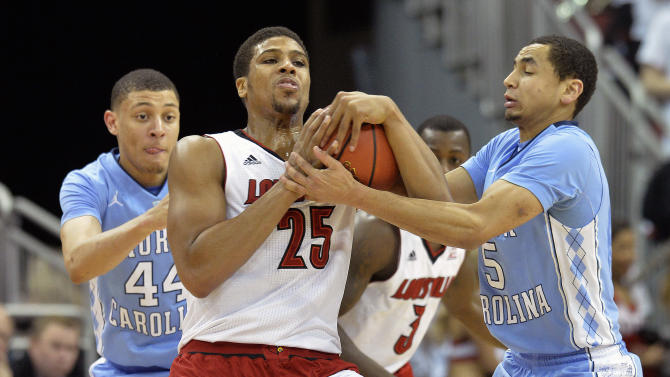 Louisville's Wayne Blackshear, center, battles North Carolina's Marcus Paige, right, and Justin Jackson for the ball during the first half of their NCAA college basketball game, Saturday, Jan. 31, 2015 in Louisville, Ky. (AP Photo/Timothy D. Easley)