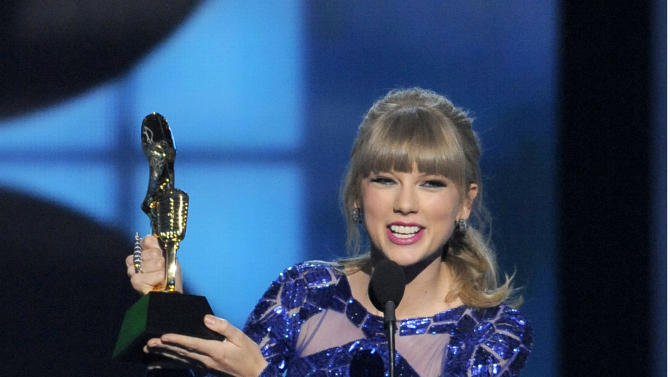 """Taylor Swift accepts the award for top Billboard 200 album for """"Red"""" at the Billboard Music Awards at the MGM Grand Garden Arena on Sunday, May 19, 2013 in Las Vegas. (Photo by Chris Pizzello/Invision/AP)"""