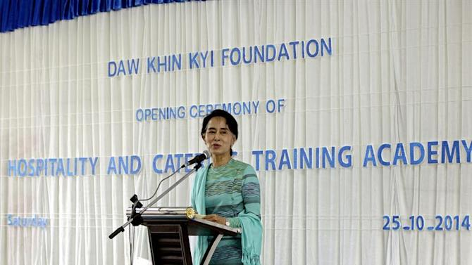 NCN080. Kawmhu (Myanmar), 25/10/2014.- Myanmar opposition leader Aung San Suu Kyi delivers a speech during the opening ceremony of the Hospitality and Carering Training Academy (HCTA) in Kawmhu, ourskirts of Yangon, Myanmar, 25 October 2014. Suu Kyi opened the first vocational training academy in her constituency Kawmhu as part of Daw Khin Kyi Foundation which she established in 2012 in memory of her mother, Daw Khin Kyi. EFE/EPA/NYEIN CHAN NAING