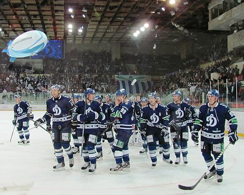 Dynamo Moscow salutes crowd after a win (#NickInEurope)