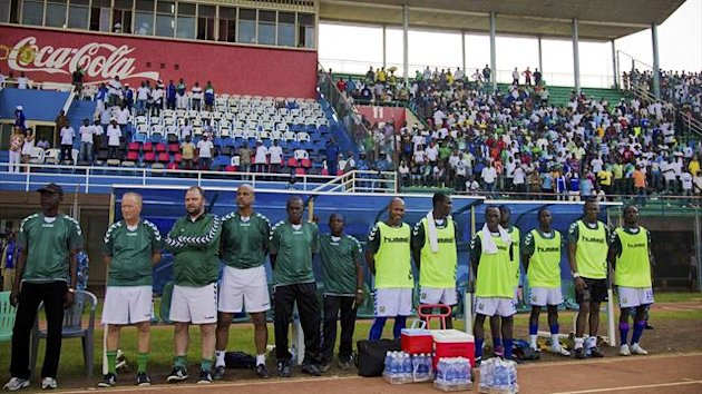 Sierra Leone's Swedish coach Lars Olof Mattsson (2nd L) stands with members of his squad at the country's football match against Niger (Reuters)
