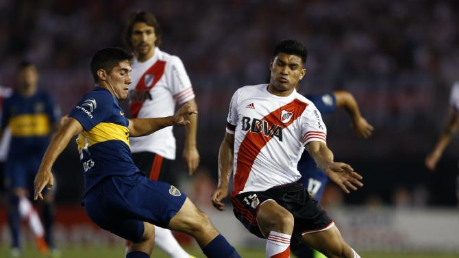 Boca Juniors' Cristian Erbes and River Plate's Teofilo Gutierrez fight for the ball during their Copa Sudamericana second leg semi-final soccer match in Buenos Aires