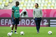 Italian headcoach Cesare Prandelli (R) speaks with Italian forward Mario Balotelli on as he takes part in a training session of the Italy's national football team on June 9, 2012 at the PGE Stadium in Gdansk on the eve of the Euro 2012 football championships match against Spain.     AFP PHOTO/ CHRISTOF STACHE