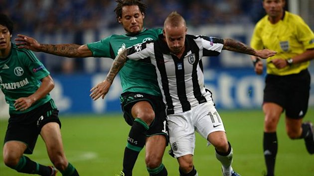 Schalke's US midfielder Jermaine Jones (2nd L) and PAOK´s Miroslav Stoch (3rd L)