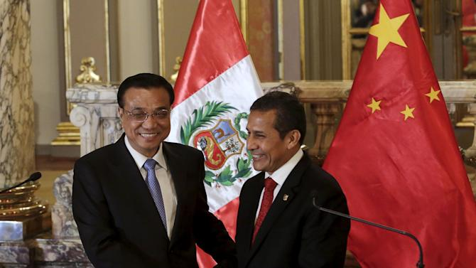 Chinese Premier Li Keqiang and Peru's President Ollanta Humala shake hands at the government palace in Lima
