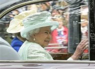 Britain&#39;s Queen Elizabeth leaves Buckingham Palace to attend the service of thanksgiving to mark the Diamond Jubilee at St Paul&#39;s Cathederal in central London