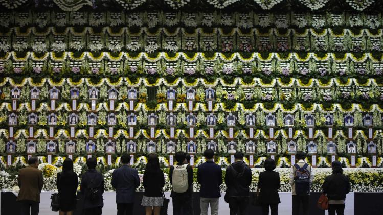 Mourners pay tribute to victims of the capsized passenger ship Sewol in Ansan