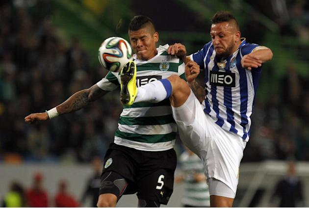 Porto's Nabil Ghilas, from Algeria, tussles for the ball with Sporting's Marcos Rojo, left, from Argentina, during the Portuguese league soccer match between Sporting and Porto at Sporting&#39
