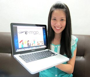 Angela Ang shows how her blogshop looks. (Photo by Angela Tan)