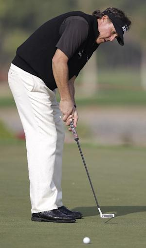 Mickelson 6 shots behind in Abu Dhabi