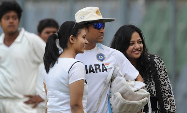 Indian cricketer Sachin Tendulkar (C) po