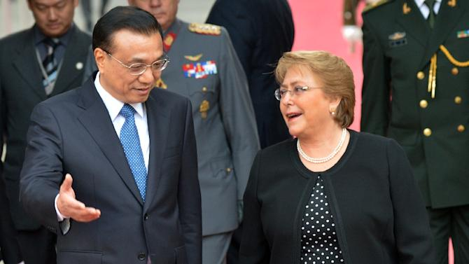 China's Prime Minister Li Keqiang (L) and Chilean President Michelle Bachelet talk before holding a meeting at the presidential palace in Santiago, on May 25, 2015