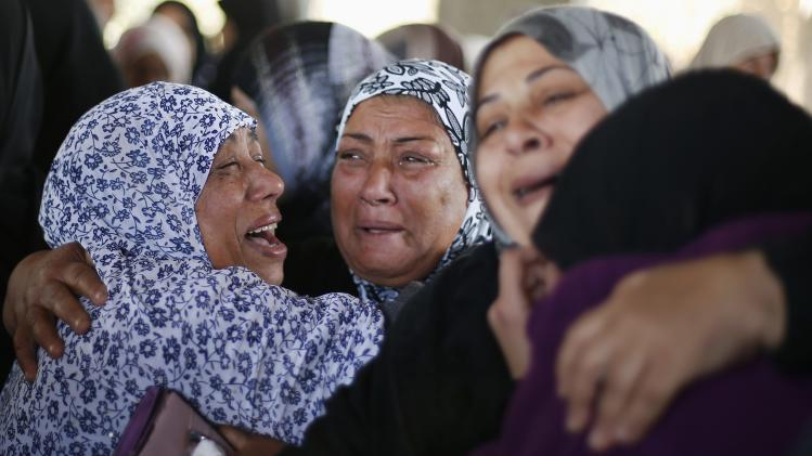 Palestinian relatives of Palestinian Odah Hamad mourn during his funeral in Beit Hanoun
