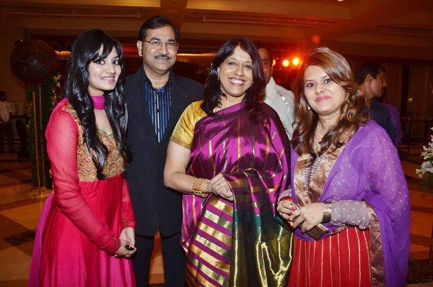 [تصویر: SUDESH-BHOSLE-WITH-WIFE-AND-KAVITA-KRISH...130727.jpg]