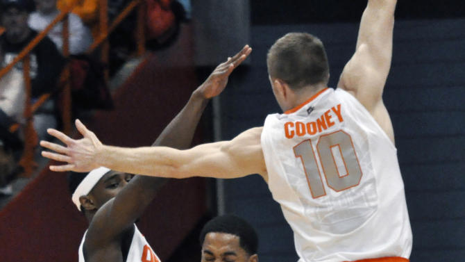 Detroit's Juwan Howard is pressured by Syracuse's C.J. Fair, left, and Trevor Cooney during the first half of an NCAA college basketball game in Syracuse, N.Y., Monday, Dec. 17, 2012. (AP Photo/Kevin Rivoli)