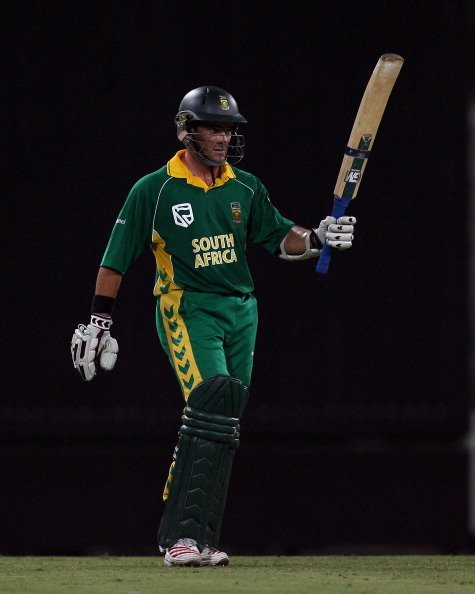 South African batsman Mark Boucher acknowledges the applause of the crowd upon reaching his fifty at the Sydney Cricket Ground in Sydney, Australia on February 5, 2006. (Photo by Don Arnold/Getty Imag
