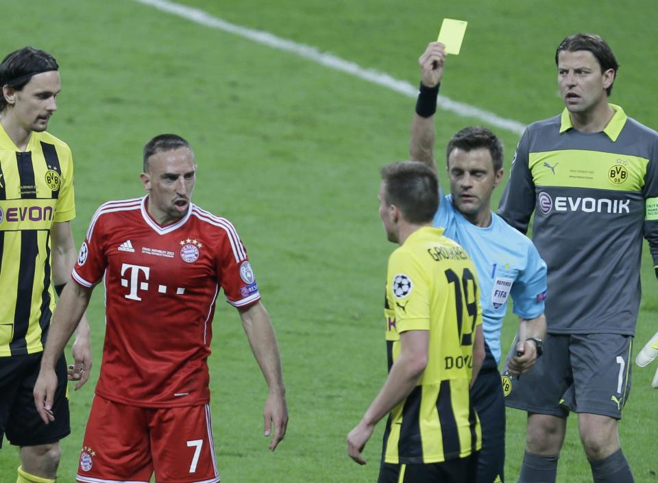 Bayern's Franck Ribery of France, 2nd left, and Dortmund's Kevin Grosskreutz, center, are booked by referee Nicola Rizzoli from Italy, 2nd right, during the Champions League Final soccer match between  Borussia Dortmund and Bayern Munich at Wembley Stadium in London, Saturday May 25, 2013. (AP Photo/Alastair Grant)