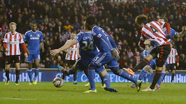 Sunderland's Ki Sung-yueng (R) shoots to score during their English League Cup quarter-final (Reuters)
