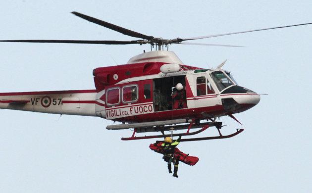 Sebuah helikopter pemadam kebakaran Italia ...