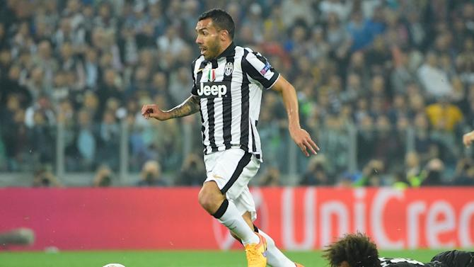 Juventus' forward from Argentina Carlos Tevez (L) runs to the goal during the UEFA Champions League semi-final first leg football match on May 5, 2015 at the Juventus stadium in Turin