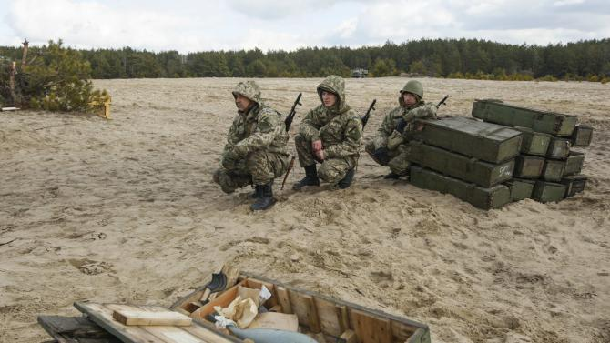 Newly mobilized Ukrainian paratroopers take part in a military drill near Zhytomyr