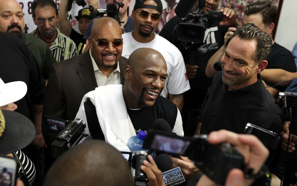 'Money' Mayweather jabs back at Ronda Rousey