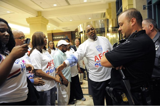 IMAGE DISTRIBUTED FOR AMERICAN FEDERATION OF GOVERNMENT EMPLOYEES - American Federation of Government Employees 5th District national vice president Everett B. Kelley, center, explains to a Secret Ser