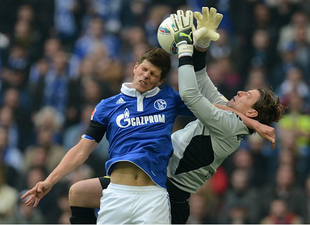 Schalke's Dutch Striker Klaas-Jan Huntelaar (L) And Dortmund's Goalkeeper Roman Weidenfeller Vie For The Ball 
