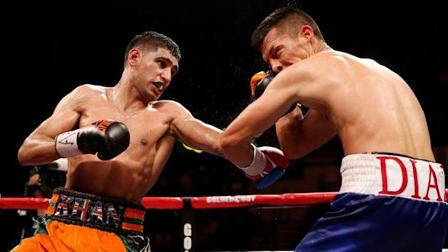 Amir Khan (L) in action against Julio Diaz at Motorpoint Arena on April 27, 2013 in Sheffield, England. (Photo by Scott Heavey/Getty Images)