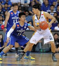 Jeric Teng of UST looks for some room for maneuver against Kiefer Ravena of Ateneo in a crucial UAAP game yesterday. <b>JUN MENDOZA</b>