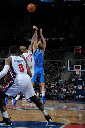 Mavericks hold off Pistons for 113-102 win