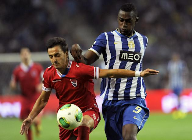 FC Porto's Jackson Martinez, from Colombia, challenges Gil Vicente's Luis Martins, left, in a Portuguese League soccer match at the Dragao stadium in Porto, Portugal, Saturday, Sept. 14, 2013. Jackson