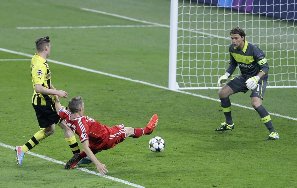 Bayern's Bastian Schweinsteiger, center, fails to score past Dortmund goalkeeper Roman Weidenfeller, right, during the Champions League Final soccer match between  Borussia Dortmund and Bayern Munich at Wembley Stadium in London, Saturday May 25, 2013. (AP Photo/Alastair Grant)