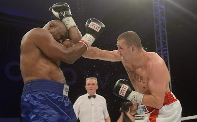 WRS06. Warsaw (Poland), 18/05/2013.- Former WBC heavyweight boxing world champion Oliver McCall (L) from USA and Poland's Krzysztof Zimnoch (R) exchange blows during their heavyweight fight at the box