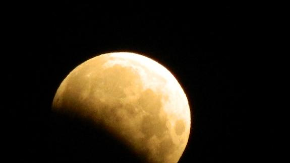 Partial Lunar Eclipse: Full Moon Dips Through Earth's Shadow (Pictures)