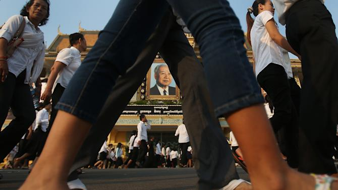 Mourners flock to the Royal Palace to pay their last respects to Cambodia's former King Norodom Sihanouk in Phnom Penh, Monday, Feb. 4, 2013. Sihanouk's body had been lying in state at the Royal Palace after being flown from Beijing where he died Oct. 15 of a heart attack at the age of 89. The cremation, the climax of seven days of mourning, will take place Monday.  (AP Photo/Wong Maye-E)